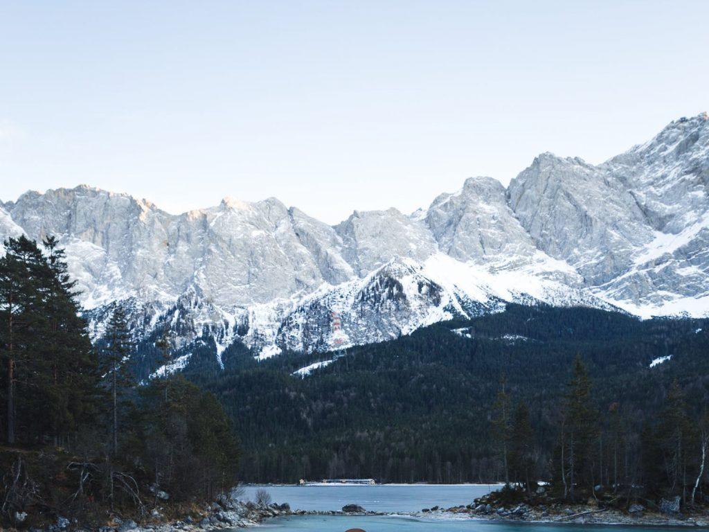 vue sur la chaine montagneuse et lac, saint-colomban-des-villards, savoie