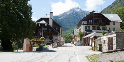 entrée du village de saint colomban des villards en savoie location d'appatrements ou centre de vacances